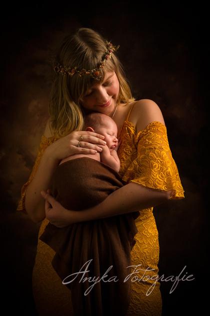 Newborn baby van 8 dagen oud poseert mijn zijn Mama