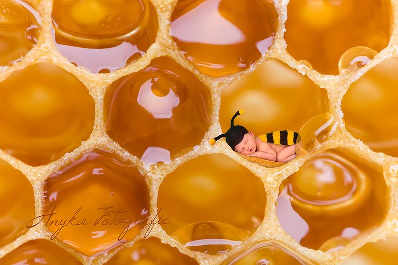 Babytje in bijenkostuum