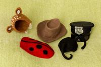 Stoere petjes en hoedjes voor babyfotografie van jongensbaby'tjes