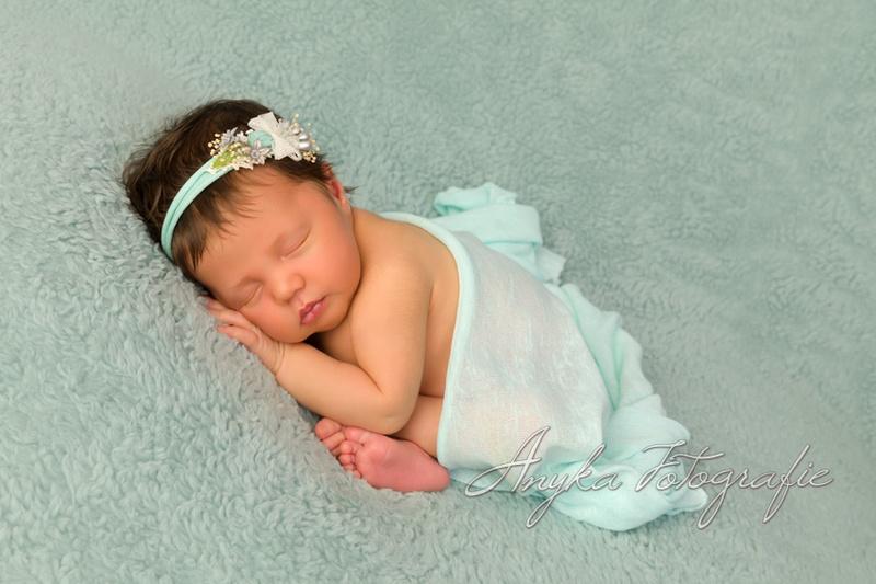 Slapend kindje van 7 dagen oud tijdens haar babyshoot