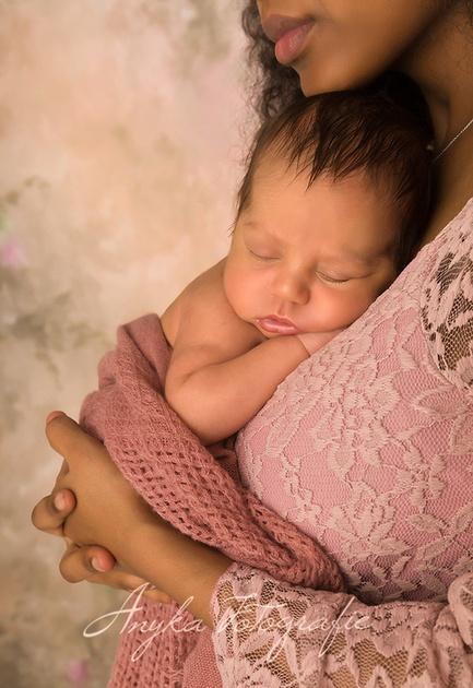 Bij elke newborn fotoshoot mag het kleintje poseren met Mama