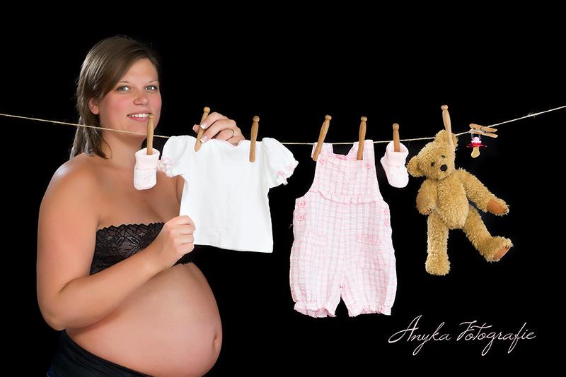 Grappige zwangerschapspose met waslijn