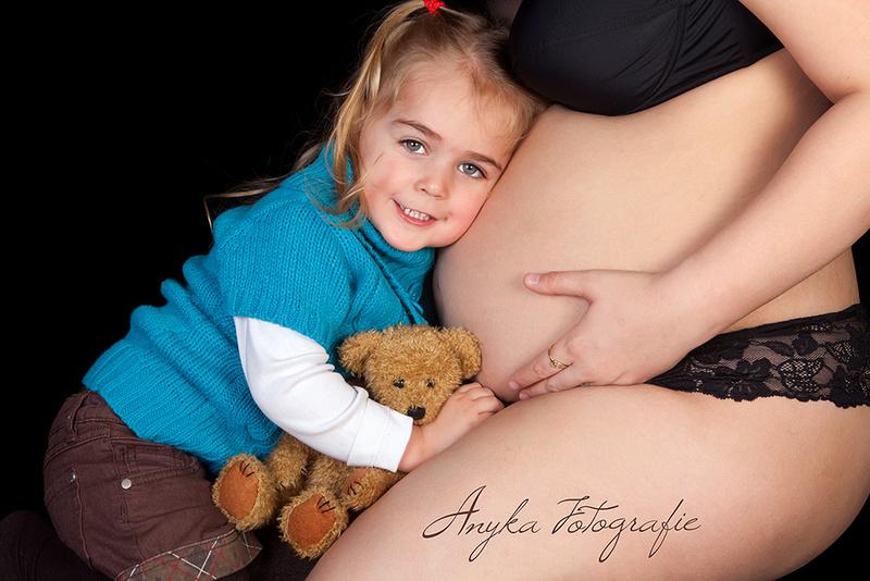 Grote zus met buik en beer