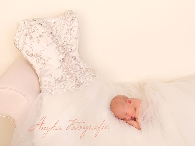 Newborn baby op bruidsjurk van Mama