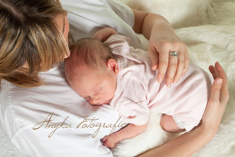 Leg de baby zo nu en dan in buikligging op Mama's of Papa's borst