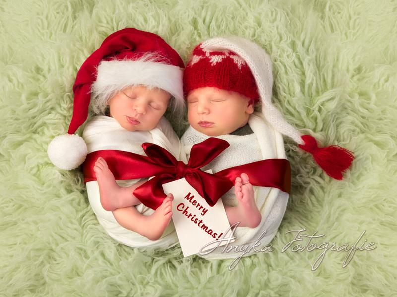 Newborn tweeling in kerst outfits tijdens hun fotoshoot - 02452