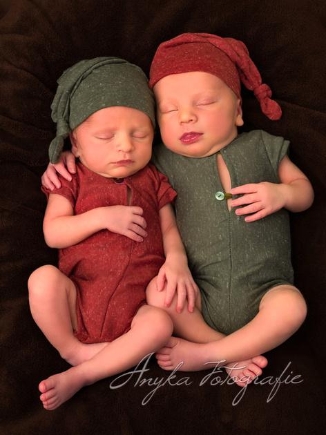 Newborn tweeling shoot met bij elkaar passende setjes - 02464